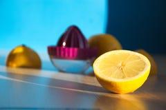De helft van citroen en een pers op de achtergrond Royalty-vrije Stock Foto