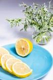 De helft van citroen en plakken op een blauwe plaat stock afbeeldingen