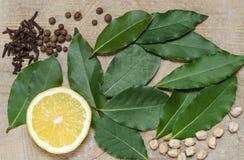 De helft van citroen, laurierblad, kruiden, die op de oude Raad liggen Royalty-vrije Stock Fotografie