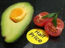 De helft van een avocado met een gesneden kersentomaat Royalty-vrije Stock Afbeeldingen