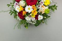 De helft van een boeket van bloemen is geïsoleerd op een grijze achtergrond royalty-vrije stock foto
