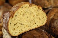 De helft van een heerlijk brood stock afbeelding