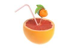 De helft van grapefruit met cocktailbuis en decoratie op witte bedelaars Stock Foto's