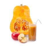 De helft van pompoen, pompoensap en appel Stock Afbeelding