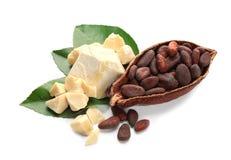 De helft van rijpe cacaopeul met bonen en boter royalty-vrije stock afbeeldingen