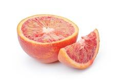 De helft van rijpe geïsoleerde bloed rode sinaasappel en segment stock foto