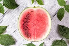 De helft van rijpe watermeloen stock afbeelding