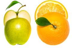 De helft van sinaasappel en de helft van een groene die appel op wit wordt geïsoleerd Royalty-vrije Stock Afbeelding