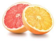 De helft van sinaasappel en grapefruit op witte achtergrond wordt geïsoleerd die Stock Foto