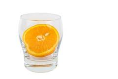 De helft van sinaasappel in glas Stock Foto