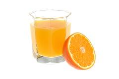 De helft van sinaasappel met een glas met geïsoleerd die citrusvruchtensap wordt gevuld Stock Foto
