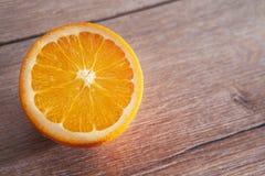 De helft van sinaasappel op houten lijst Stock Foto
