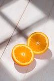 De helft van sinaasappel op witte houten lijst Royalty-vrije Stock Fotografie