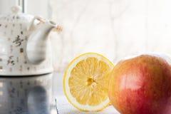 De helft van verse citroen en een thee op de lijst royalty-vrije stock afbeeldingen