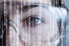 De helft van vrouwelijk gezicht in virtuele werkelijkheidsglazen met binaire codes stock afbeelding
