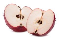De helften rode die appelen met waterdalingen op een witte backgr worden geïsoleerd Stock Afbeelding