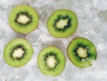 De helften van de kiwi op ijsblokjes Stock Fotografie