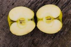 De helften van groene appel op rustieke houten lijst Royalty-vrije Stock Fotografie