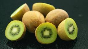 De helften van groene kiwi stock footage