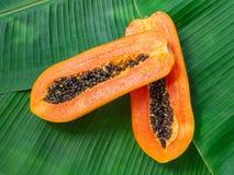 de 2 helften van Vers Ruw Exotisch Tropisch Thais Fruit Carica Papaja op Banaan gaat weg royalty-vrije stock afbeelding