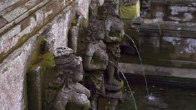 De heliga vårarna på området av elefantgrottan, Goa Gajah i den Ubud byn på den Bali ön lager videofilmer