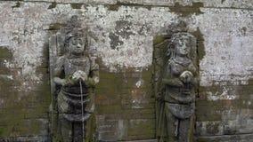 De heliga vårarna på området av elefantgrottan, Goa Gajah i den Ubud byn på den Bali ön stock video