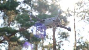 De helikopter hangt in lucht, lage die hoek tegen de hemel wordt geschoten Vliegende hommel tegen de zonstralen Apparaat met afst stock videobeelden
