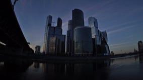 De helikopter landt voor de wolkenkrabbers van het Commerciële van Moskou Internationale Centrum bij de zonsondergang stock video