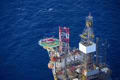 De helikopter scheept passagier op het zeebooreiland in. royalty-vrije stock afbeelding