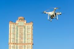 De helikopter van de hommelvierling de blauwe hemel Royalty-vrije Stock Foto's