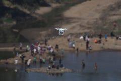De helikopter van de hommelvierling op landschapsachtergrond Royalty-vrije Stock Foto's