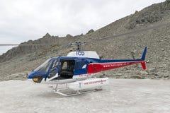 De helikopter van het Bedrijf die van de Helikopterlijn op snowcapped bergpiek rond Aoraki landen zet Cook op en zet Cook Nationa royalty-vrije stock foto