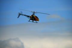 De helikopter van het stuk speelgoed tijdens de vlucht royalty-vrije stock afbeeldingen