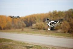 De helikopter van de hommelvierling met hoge resolutie digitale camera op de hemel Stock Foto's