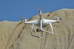 De helikopter van de hommelvierling met hoge resolutie digitale camera op de hemel Witte hommel met digitale camera die in hemel  stock afbeelding