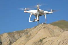 De helikopter van de hommelvierling met hoge resolutie digitale camera op de hemel Witte hommel met digitale camera die in hemel  stock foto's
