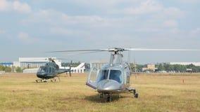 De helikopter verwarmt de motor vóór de vlucht stock footage