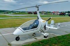 De helikoptertribunes van autogiroeuropa Calidus op weg Stock Foto