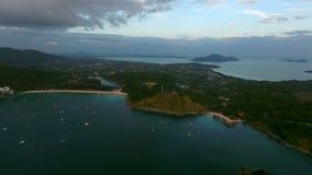 De helikoptervlieg over de jachten legde in een baai vast dichtbij oud visserijdorp in Phuket stock videobeelden