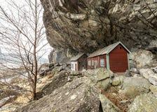 De Helleren husen i Jossingfjord längs väg 44 mellan Egersund och Flekkefjord, Sokndal kommun, Norge Royaltyfri Bild