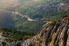 De helling van de klip in de stralen van de zon dichtbij Omis, Kroatië royalty-vrije stock afbeeldingen