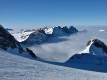De helling van de ski en overzees van mist, bergen Royalty-vrije Stock Afbeelding
