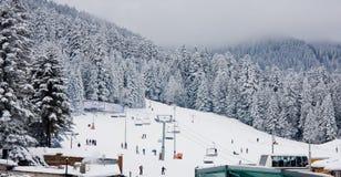 De helling van de ski en stoelskilift in Borovets, Bulgarije Stock Afbeeldingen
