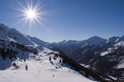 De helling van de ski in Oostenrijkse alpen stock foto's