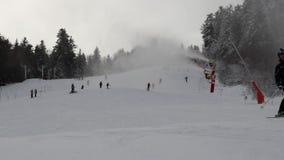 De helling van de skipost is volledig van mensen op skis stock footage