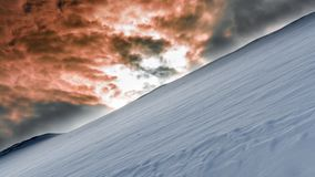De helling van sneeuwberg en donkere brutale hemel sluit plaatsend s Royalty-vrije Stock Afbeelding