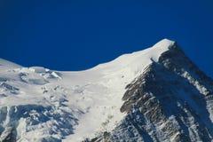 De hellingen van de bergensneeuw in de Alpen royalty-vrije stock fotografie