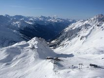 De hellingen van de ski in Alpen Stock Foto