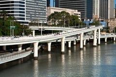 De hellingen van de weg over rivier Royalty-vrije Stock Fotografie