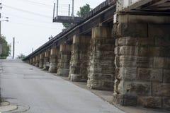 De hellingssteunen van de spoorwegbrug stock afbeelding